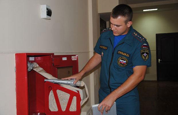 проверяет пожарный инспектор